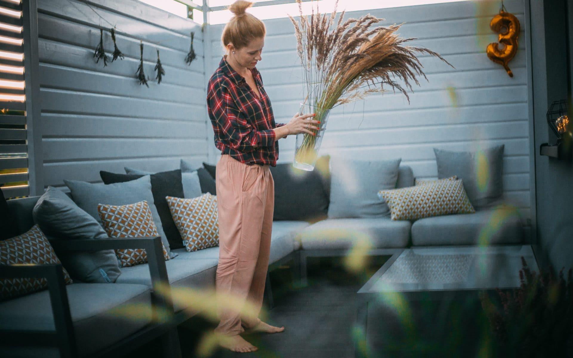 Urządzamy przestrzeń przed domem: wybieramy meble i akcesoria ogrodowe