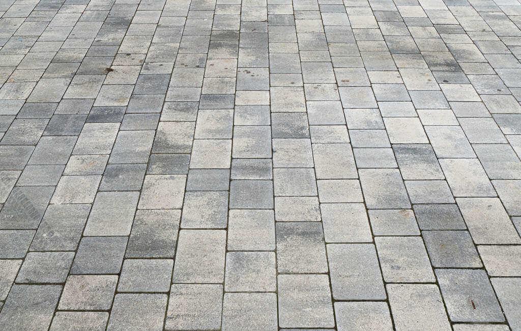 podłoga wykonana z kostki brukowej na tarasie