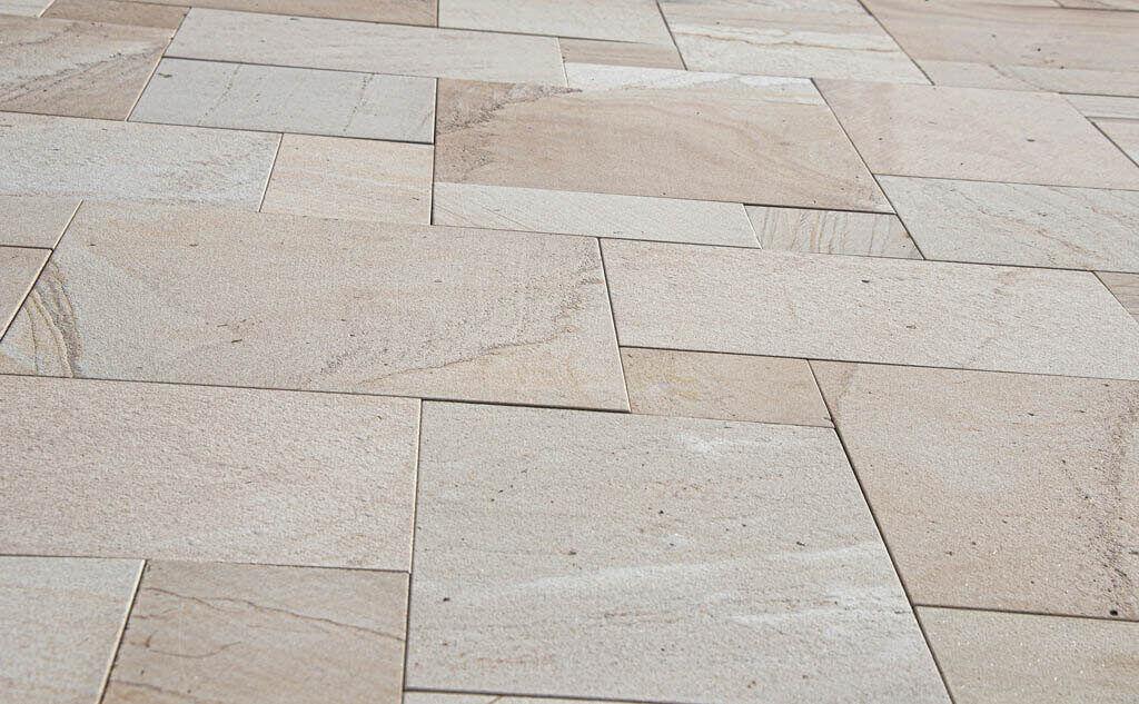 podłoga wykonana z płytek ceramicznych na tarasie