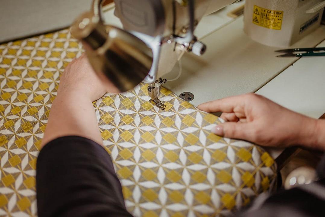 Szycie materiału tapicerskiego na obicie mebli